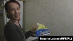 """Оксана Походун показывает обертку от мороженого """"Хохол"""""""