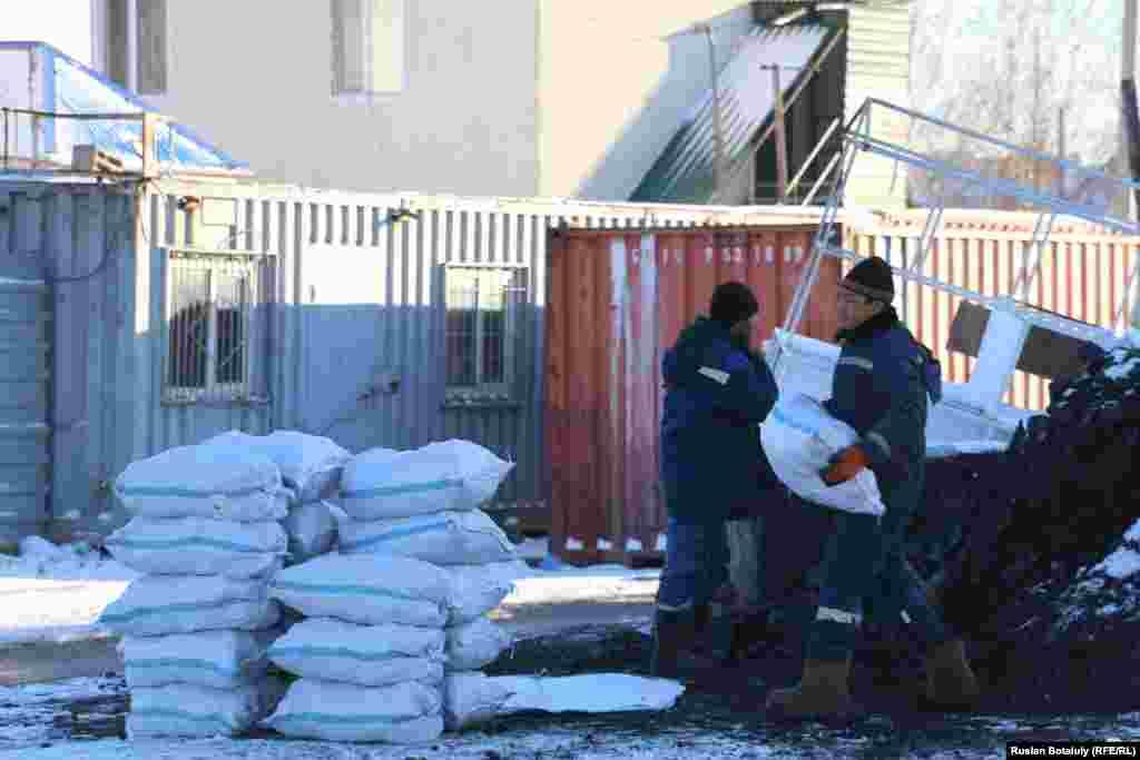 Көмір сатушылар «сауда жаман емес» дейді. Олардың сөзіне қарағанда, Астанада кейбір тұрғындар қыстай көмірді қаппен сатып алып жағады.
