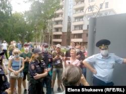 Стихийный митинг у отделения полиции