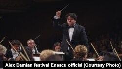 Dirijorul român Cristian Măcelaru la pupitrul Royal Concertgebouw Amsterdam