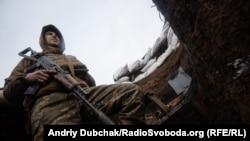 Український солдат в окопі на передовій позиції української армії під селищем Золоте-4 в лютому 2020 року, за кілька днів до російської спроби наступу