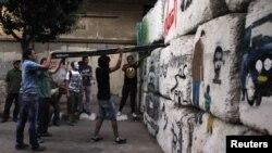 ناشطون يحاولون إزالة حاجز على طريق يؤدي الى مقر مجلس الشعب المصري