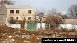 Дом в частном секторе в Ашгабате. 21 декабря 2012 года.
