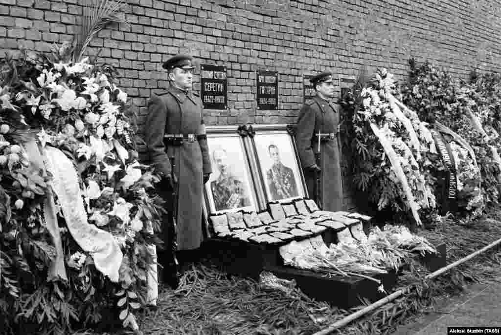 The ashes of both pilots were interred inside the wall of the Kremlin.