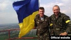 Украинские военные Сергей Шевчук и Мирослав Гай подняли украинский флаг над Карачуном. Славянск, 13 мая 2014 года