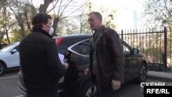 «Схеми» спробували поговорити про київську оселю та автівку із самим Денисом Колесником