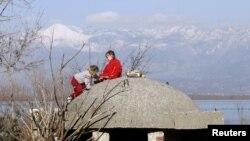 Fëmijët luajnë në një bunker afër Shkodrës që ka mbetur nga periudha e diktatorit Enver Hoxha