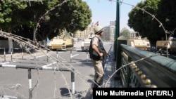 Каирдегі Тахрир алаңын күзетіп тұрған солдат. 4 қазан 2013 жыл.
