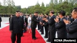 استقبال رسمی از رئیسجمهور چین توسط رهبر کره شمالی و مقامهای ارشد این کشور