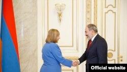 Премьер-министр Армении Никол Пашинян и посол США в Армении Линн Трейси, Ереван, 22 марта 2019 г.