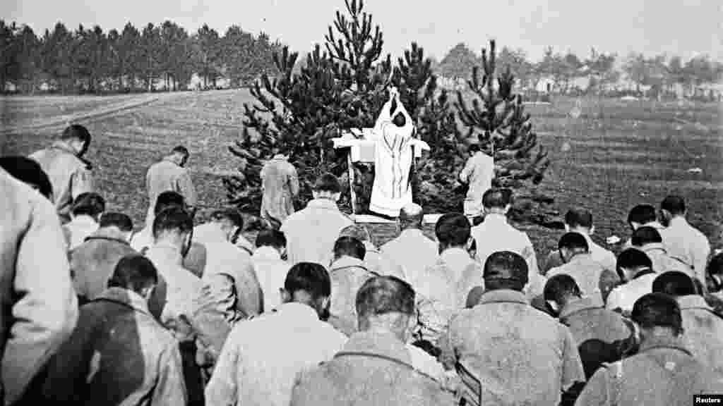 Священник проводит богослужение для французских солдат на фронте в Шампани, восточная Франция, 1915 год