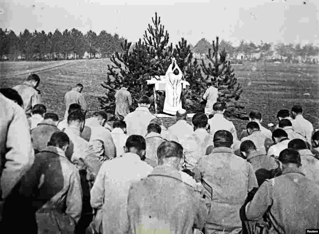 A priest conducting mass for French soldiers on the Champagne front, eastern France in 1915. From the viscount's collection.