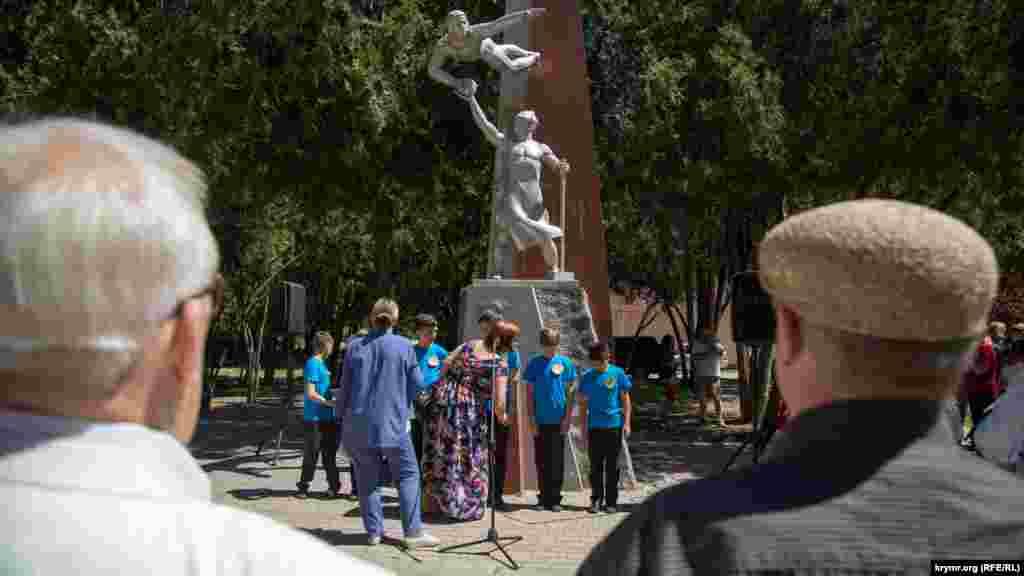 Паралельно зі святкуванням Дня міста в Дитячому парку Сімферополя прихильники КПРФ відзначили 100-річчя Комсомолу СРСР