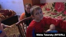 Никиту Калиниченко (в костюме Человека-паука) и его семью выселяют из дома