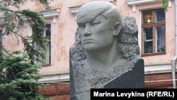 Памятник Кайрату Рыскулбекову, участнику Декабрьских событий 1986 года в Алматы. Семей, 31 мая 2012 года.