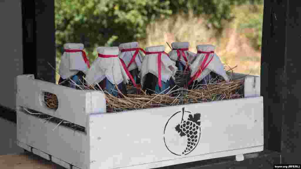 І купити концентрований виноградний сік, який потрібно розбавляти водою. Один літр коштує 600 рублів (близько 230 гривень)