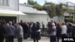 Сегодня у дома Тедеева собралось много людей, среди которых родственники и соседи задержанных