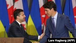 Canadian Prime Minister Justin Trudeau (right) and Ukrainian President Volodymyr Zelensky shake hands at a joint press conference in Toronto on July 2.