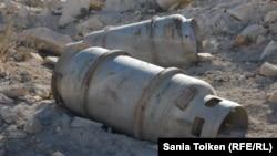 Жетібай ауылы маңынан табылған белгісіз бөшкелер. Маңғыстау облысы, 12 қазан 2014 жыл.