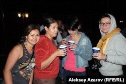 Виктор Цойды еске алу концертін ұйымдастырушылардың бірі Роза Есенқұлова (сол жақта) мен концертке келген қонақтар. Алматы облысы, 28 маусым 2014 жыл.