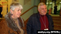 ОБСЕ бақылаушылары Катрина Апел (сол жақта) мен Арег Ховханисян. Иркутск, 4 наурыз 2012 жыл