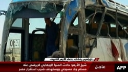 Pamje nga televizioni i asaj që ka mbetur nga autobusi pas sulmit të sotëm kundër udhëtarëve koptë të krishterë në Egjipt