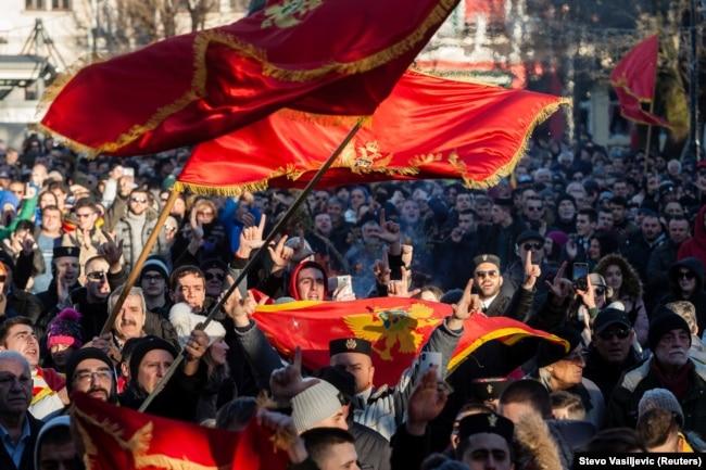 Віряни Серської православної церкви розмахують прапорами у Цетінє. 6 січня 2020 року