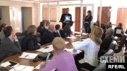 Оператор програми «Схеми» Кирило Лазаревич під час засідання Комітету з питань свободи слова демонструє відео затримання журналістів співробітниками СБУ 2 жовтня 2015 року