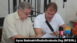 Олександр Попов і адвокат Микола Карнаух під час судового засідання у справі щодо розгону Євромайдану в ніч на 30 листопада 2013 року. Київ, 29 липня 2015 року