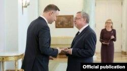 Польша президенты Анджей Дуда (с) Селим Хазбиевичка (у) илче таныклыгын тапшыра
