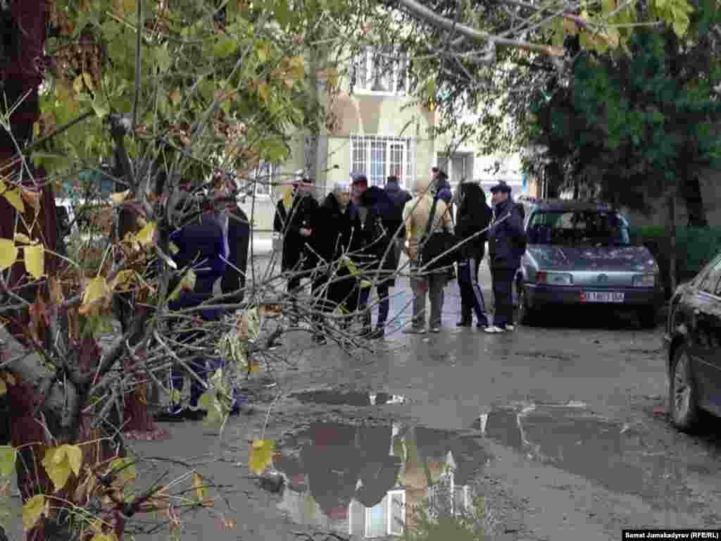 Итибаев при себе имел пистолет и автомат, а также ручные гранаты.