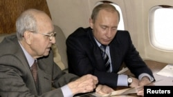 Ivan Martynushkin with Russian President Vladimir Putin on board the presidential plane on the way to Krakow, Poland, in 2005.