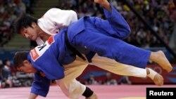 Дзюдодан 90 килограмм салмақта шыққан қазақстандық спортшы Болат Тимурді жапондық балуан Масаши Нишиаманың жыққан сәті. Лондон, 1 тамыз 2012 жыл.