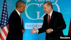 Түркия прездиенті Режеп Ердоған (оң жақта) мен АҚШ президенті Барак Обама. Анталия, Түркия, 15 қараша 2015 жыл.