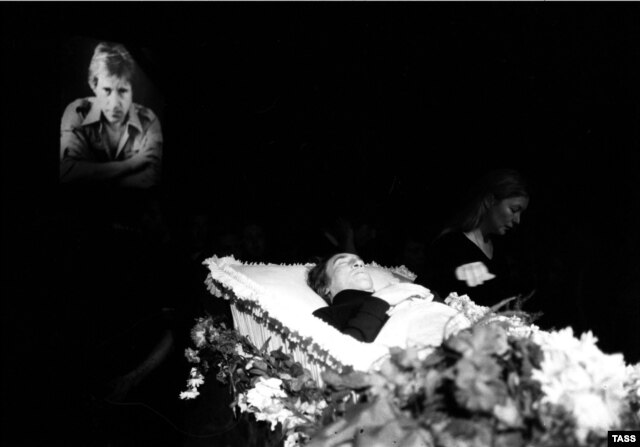 Marina Vlady next to Vysotsky's open casket in the Taganka Theater in Moscow on July 28, 1980