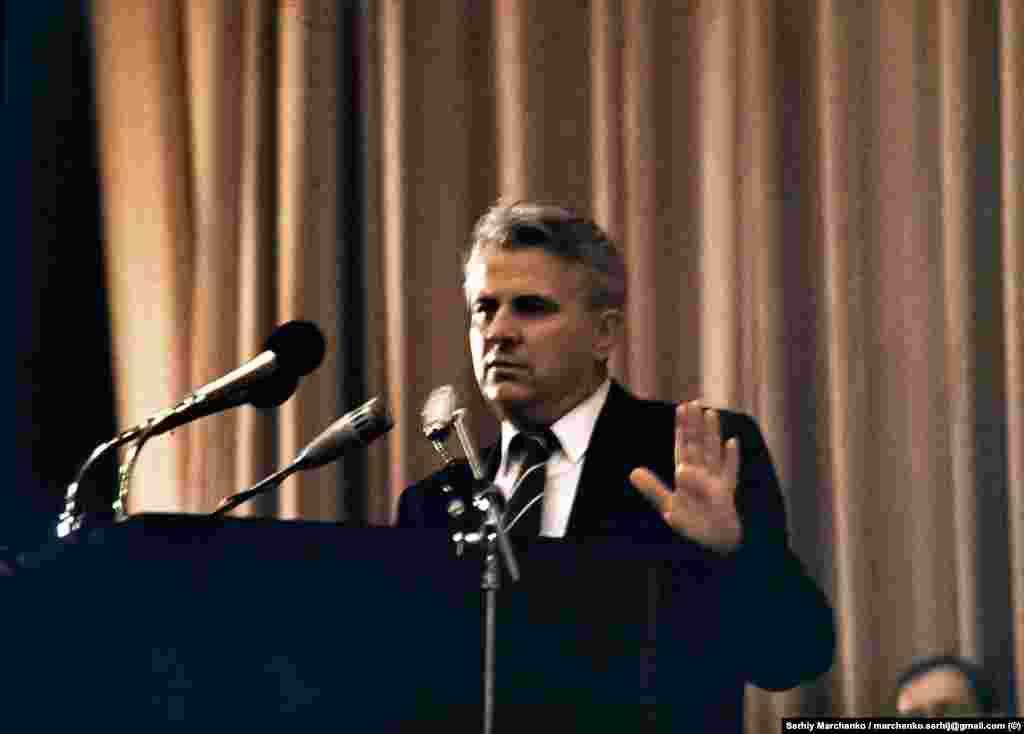 Виступає запрошений як гість Леонід Кравчук, тодішній завідувач ідеологічного відділу ЦК КПУ. Він, зокрема, закликав поважати два прапори – червоно-синій УРСР і синьо-жовтий, – аби «не ділити людей»