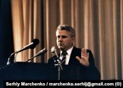 Під час Установчого з'їзду Народного руху України, який проходив у Києві 8–10 вересня 1989 року. Виступає запрошений як гість Леонід Кравчук, тодішній завідувач ідеологічного відділу ЦК КПУ