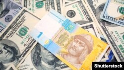 Ukrajinska valuta hrivnja i novčanice američkog dolara