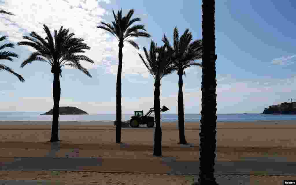 На фото безлюдний популярний пляж у туристичній мецці Іспанії – Майорці