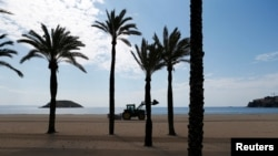 Spaniolii își pregătesc plajele