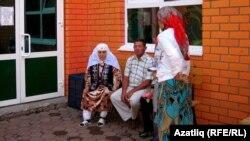 Әнисә Закирова мәчеткә килүчеләр белән аралаша