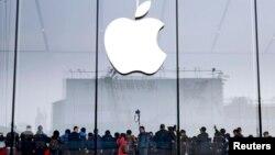 Очередь перед зданием магазина Apple в Ханчжоу, Китай. Иллюстративное фото.