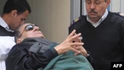 Поранешниот египетски претседател Хосни Мубарак на судењето е во болнички кревет.