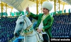 Ахалтеке мініп стадионға шыққан Түркіменстан президенті Гурбангулы Бердімұхаммедов. Ашхабад, 27 сәуір 2013 жыл.