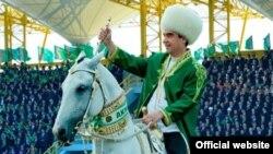 Prezident G.Berdimuhamedow Ahal-teke atçylyk kompeksindäki dabarada tomaşaçylaryň öňünde at çapyp, aýlanýar. Aşgabat, 28-nji aprel, 2013.