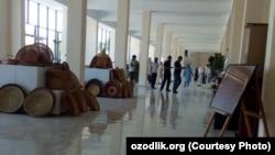 Маргиланские медработники заявили, что их заставили заниматься уборкой в Центре ремесленников.