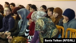 Хиджаб таққан қазақстандық жас қыздар. (Көрнекі сурет)