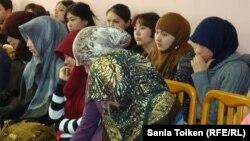Девушки-студентки в хиджабах. Иллюстративное фото.