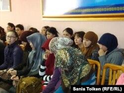 На собрании в Атырауском университете, посвященном дискуссии о ношении хиджаба. Атырау, 10 марта 2011 года.