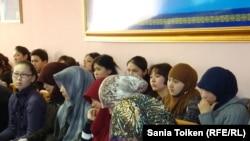 Атырау мемлекеттік университетіндегі хилжап киген қыздар жиынға қатысып отыр. Атырау, 10 наурыз 2011 жыл